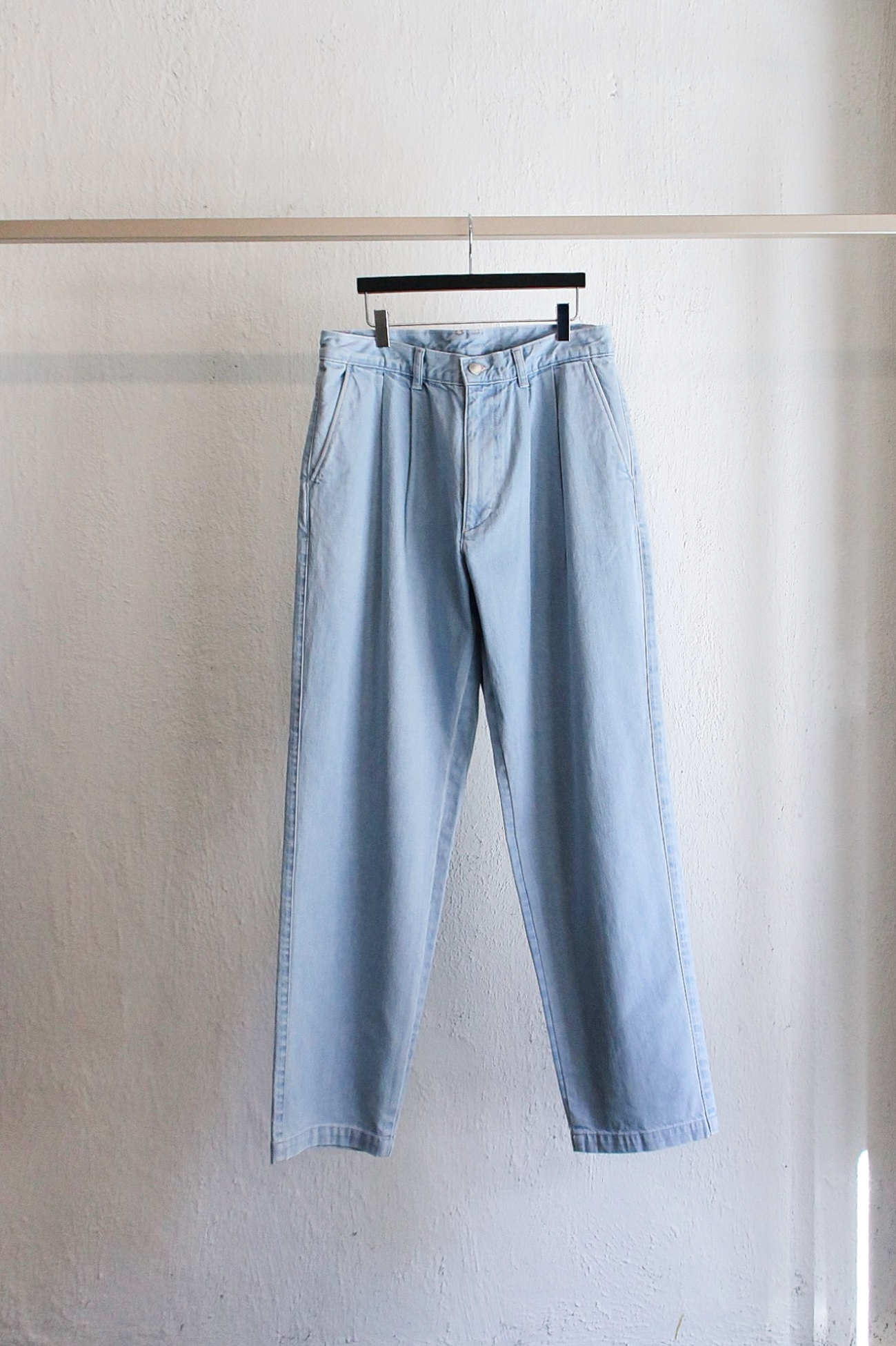 [E.TAUTZ] Pleated Jeans – Heavy Wash Light Denim